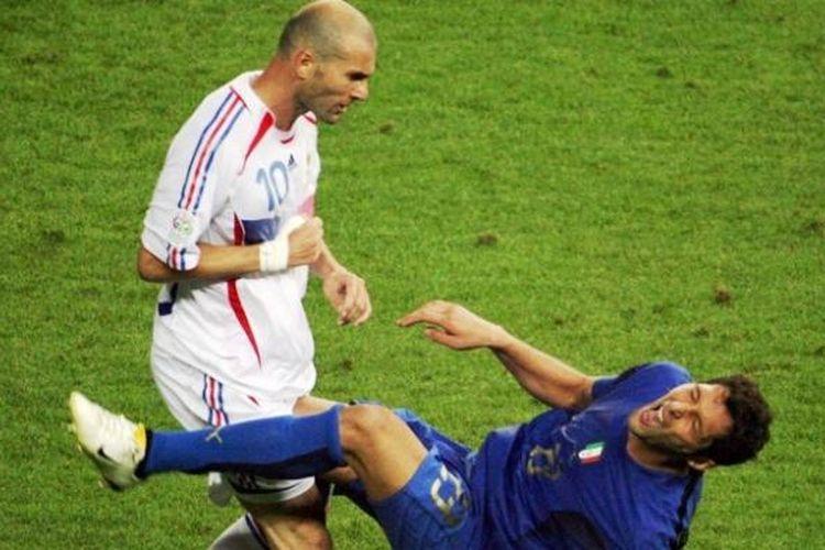 Pemain tim nasional Perancis, Zinedine Zidane, menanduk bek Italia, Marco Materazzi, pada final Piala Dunia 2006.