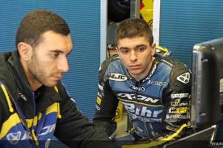Pebalap Moto2 asal Spanyol dari tim Tech3, Alex Mariñelarena (kanan)