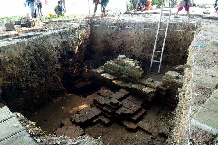 Pekerja memulai proses ekskavasi lanjutan Candi Gedog hari pertama di sekitar galian ekskavasi sebelumnya yang diduga sebagai titik pusat bangunan candi, Kamis (20/5/2021)