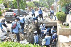 Pemkot Jakbar Keruk Lumpur yang Sebabkan Banjir Tiap Hujan Deras