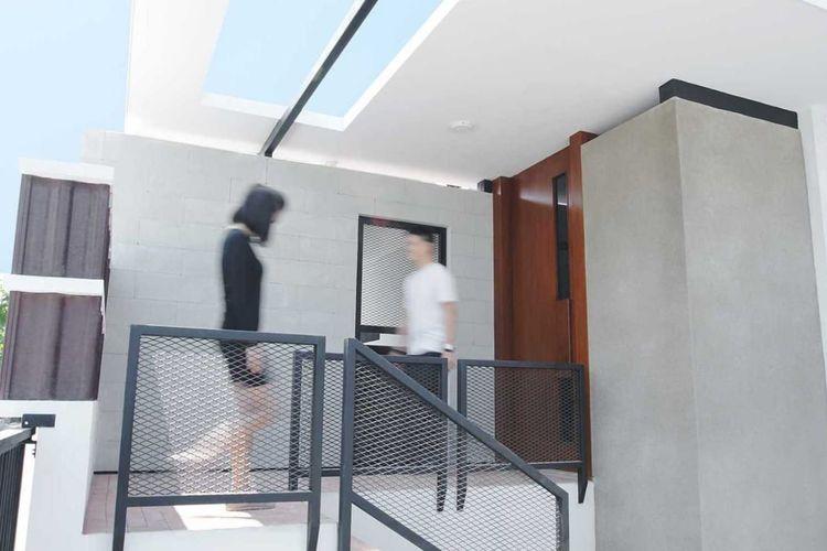 Teras rumah minimalis dengan skylight.