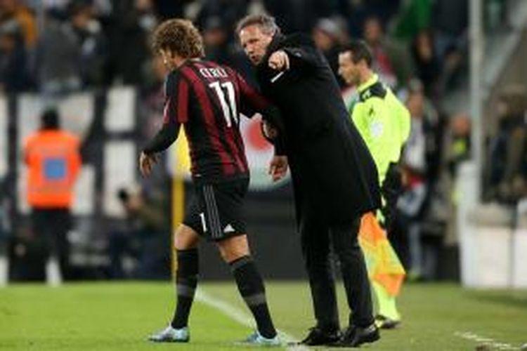 Pelatih AC Milan, Sinisa Mihajlovic (kanan), memberikan instruksi kepada Alessio Cerci pada laga lanjutan Serie A di Stadion Juventus, 21 November 2015.
