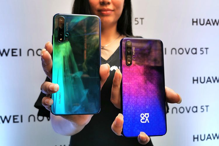 Huawei Nova 5T dalam warna Crush Blue dan Midsummer Purple
