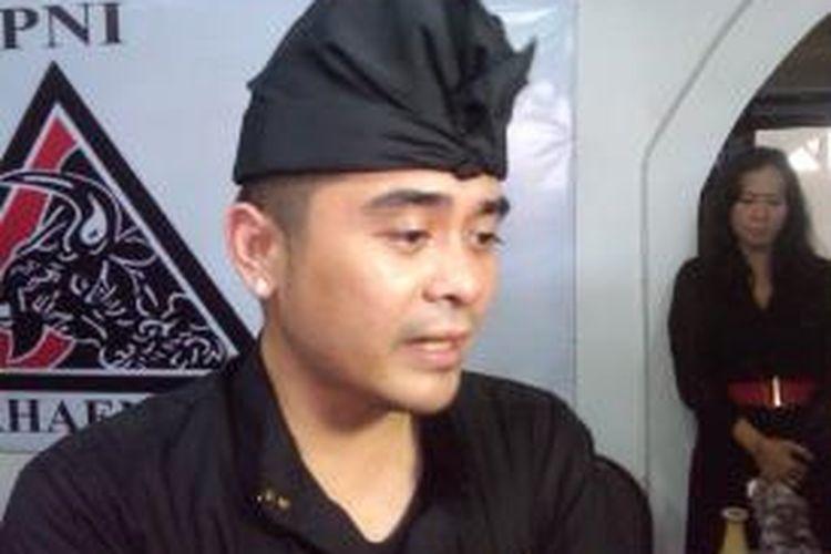 Raja Majapahit XIX Shri I Gusti Ngurah Arya Wedakarna menyatakan penolakannya terhadap rencana reklamasi Teluk Benoa, Bali saat konferensi pers di Kantor PNI Marhaenisme Bali, Rabu (11/9/2013) sore tadi.