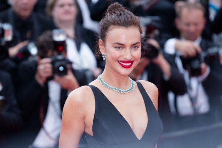 Model Irina Shayk ketika menghadiri screening Yommeddine di sela Cannes Film Festival ke-71 di Cannes, Perancis, (9/5/2018).