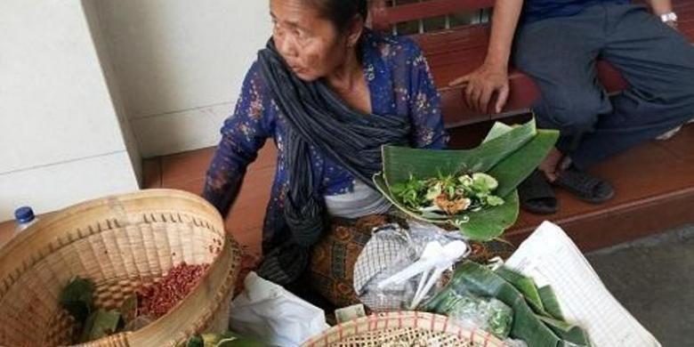 Pecel sayuran dan nasi merah Mpok Suti di Solo