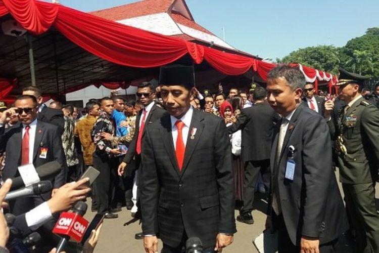 Presiden RI Joko Widodo saat akan memberikan keterangan seusai melantik 1.456 Pamong Praja Muda IPDN Angkatan XXV Tahun 2018 di Kampus IPDN Jatinangor, Jumat (26/7/2018).