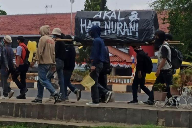 Baca puisi dan teatrikal warnai aksi unjuk rasa menolak UU Cipta Kerja di Kompleks Pemkab Karawang, Kamis (8/10/2020).