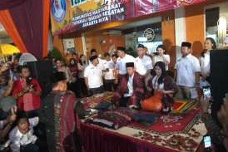 Bakal calon gubernur DKI Jakarta Agus Harimurti Yudhoyono dan istrinya, Annisa Pohan, menerima deklarasi dukungan dari masyarakat Tapanuli Bagian Selatan, di Cafe Mandailing, Jalan Lebak Bulus I, Jakarta Selatan, Senin (17/10/2016).