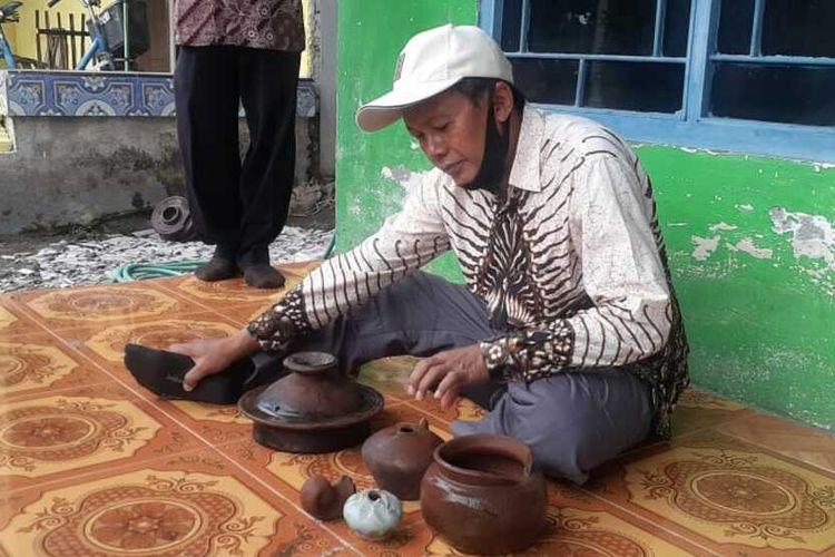 Kasi Sejarah, Museum, dan Kepurbakalaan Disparporabud Nganjuk Amin Fuadi mengidentifikasi gerabah dan keramik kuno yang ditemukan para penambang pasir Desa Kelutan, Kecamatan Ngronggot.
