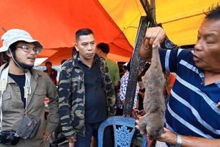 Ramon Y Tungka di Pasar Doloduo, Kotamobagu, Sulawesi Utara. Berbagai hewan diperjualbelikan mulai dari tikus, ular sampai kera.