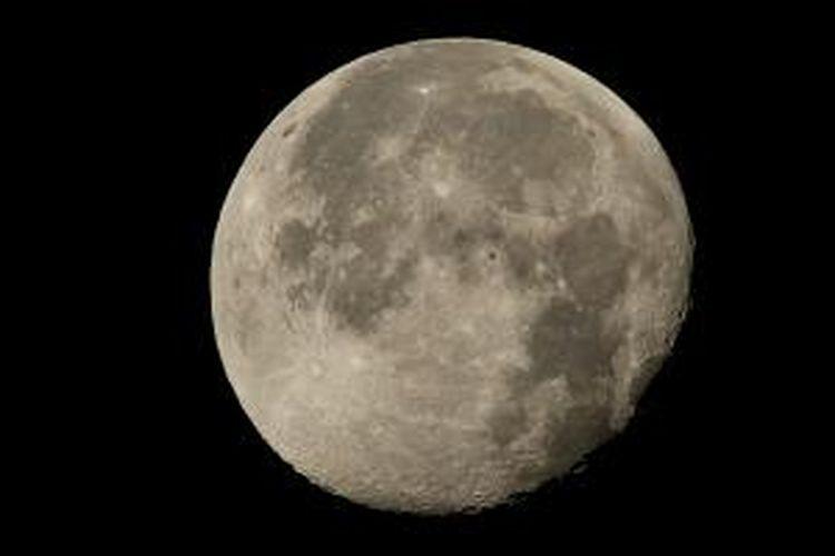 Foto ISS terbang melintasi Bulan.