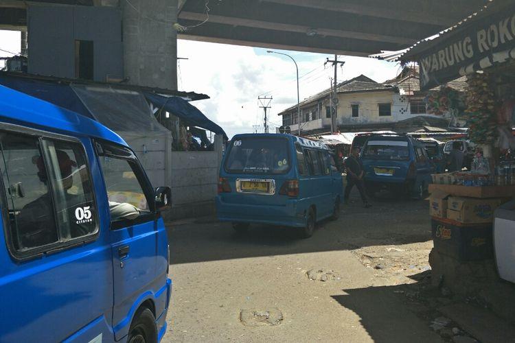 Angkutan umum di Terminal Depok, Kamis (21/3/2019).