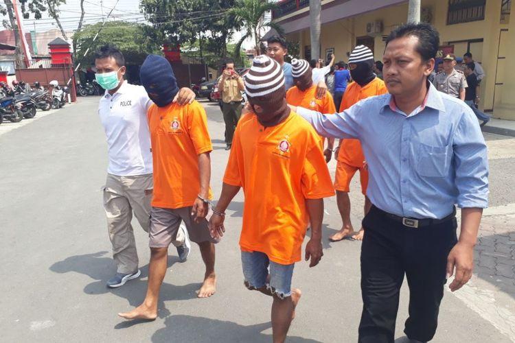 Satuan Reserse Kriminal Kepolisian Resor Blora, Jawa Tengah menunjukkan empat pelaku yang melukai tujuh anggota Polisi Hutan Perhutani KPH Blora sekaligus membakar mobil dinas Perhutani KPH Blora saat di Mapolres Blora, Minggu (26/8/2018).