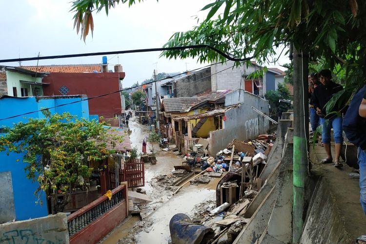 Wilayah RW 008, Perumahan Pondok Gede Permai, Jatiasih, Bekasi masih terendam lumpur setinggi betis orang dewasa sepekan lebih usai Banjir Tahun Baru 2020, Kamis (9/1/2020).
