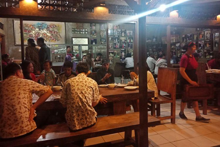 Rumah makan Sambal Mak Beng yang tidak kunjung sepi hingga malam hari, Jumat (28/8/2018)