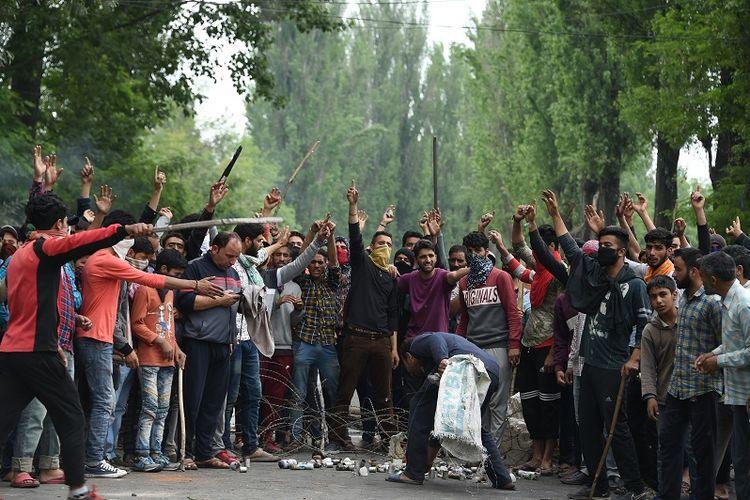 Warga Kashmir terlibat bentrok dengan aparat keamanan India di pinggiran kota Srinagar, Senin (13/5/2019). Mereka berunjuk rasa memprotes kasus pemerkosaan terhadap seorang balita perempuan berusia tiga tahun.