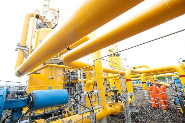 Petugas sedang mengawasi jaringan pipa gas PT Perusahaan Gas Negara (PGN).