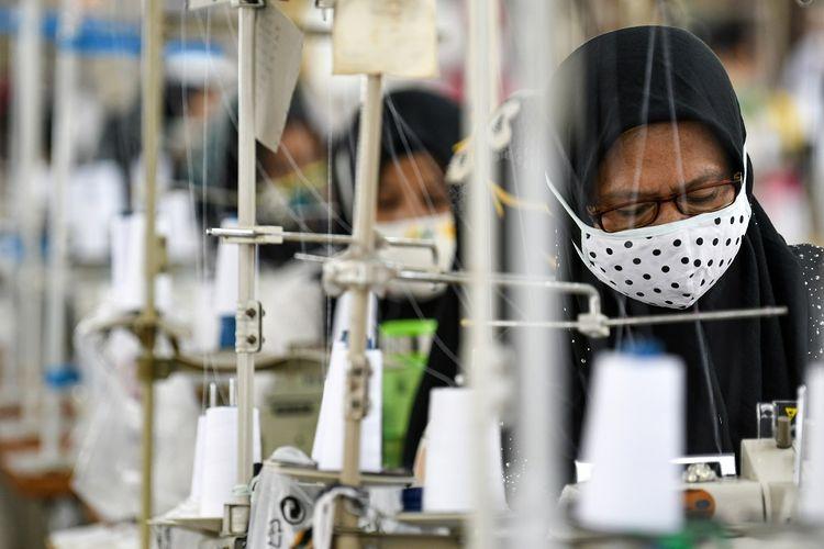 Pekerja perempuan memproduksi alat pelindung diri sebuah perusahaan garmen saat kunjungan Menteri Ketenagakerjaan Ida Fauziyah di Jakarta, Rabu (1/7/2020). Kunjungan Menaker tersebut guna memastikan pekerja perempuan pada sektor industri tidak mendapatkan perlakuan diskriminatif serta untuk mengecek fasilitas laktasi dan perlindungan kesehatan bagi pekerja terutama saat pandemi COVID-19. ANTARA FOTO/M Risyal Hidayat/aww.