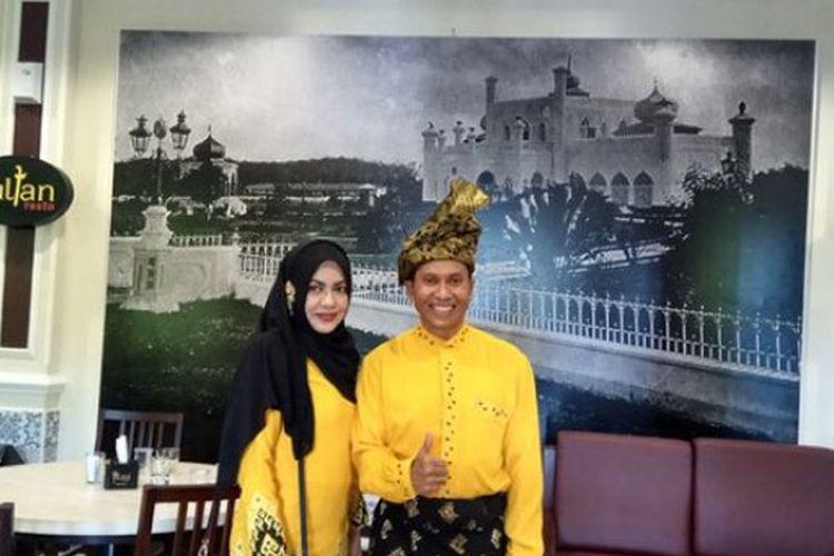 Pemilik Sultan Resto berfoto bersama istri di sela-sela grand opening rumah makan yang mengusung konsep Melayu ini. Sultan Resto beralamat di Jalan Ronggo Warsito, Pekanbaru, Riau.