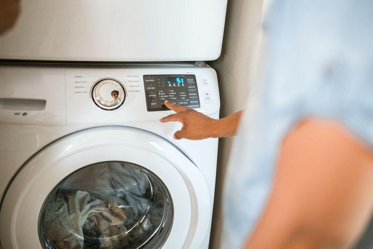Ilustrasi mesin cuci, mesin cuci bukaan depan.