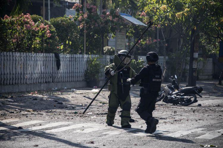 Anggota penjinak bom memeriksa lokasi ledakan bom di gereja di Surabaya, Minggu (13/5/2018).