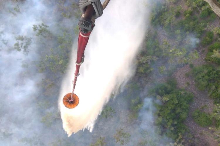 Pemadaman kebakaran lahan di wilayah Sumatera Selatan dengan menggunakan helikopter water bombing.