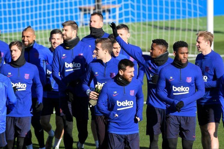 Para pemain Barcelona menghadiri sesi pelatihan publik di tempat latihan Joan Gamper Sports City di Sant Joan Despi pada 5 Januari 2020
