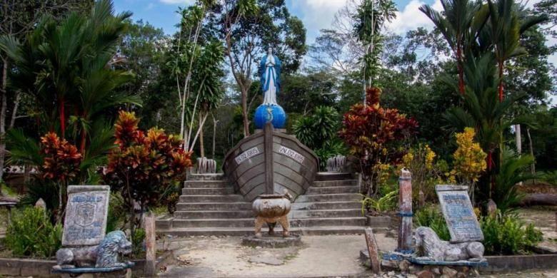 Patung Bunda Maria di kawasan kamp pengungsi di Pulau Galang, Kepulauan Riau, Minggu (8/2/2015). Dipulau inilah sebanyak 250.000 pengungsi dari Vietnam, Kamboja dan Thailand ditampung dari kurun waktu 1979 hingga 1996. Sekarang kamp ini menjadi salah satu objek wisata sejarah di Batam.