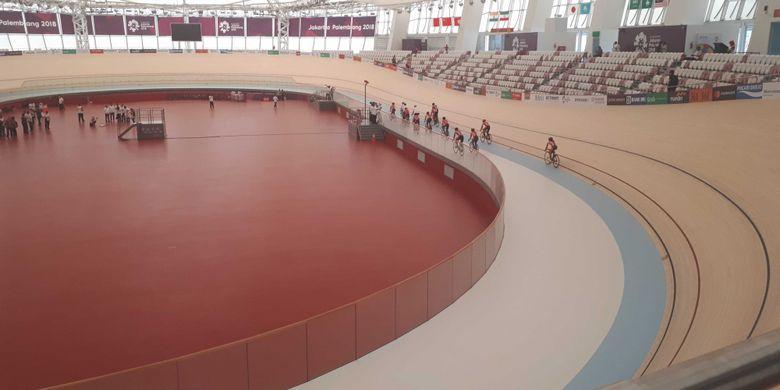 Lintasan balap sepeda Jakarta International Velodrome di Rawamangun, Jakarta Timur terbuat dari kayu siberia yang didatangkan langsung dari Jerman. Foto diambil setelah peresmian Velodrome, Rabu (15/8/2018).