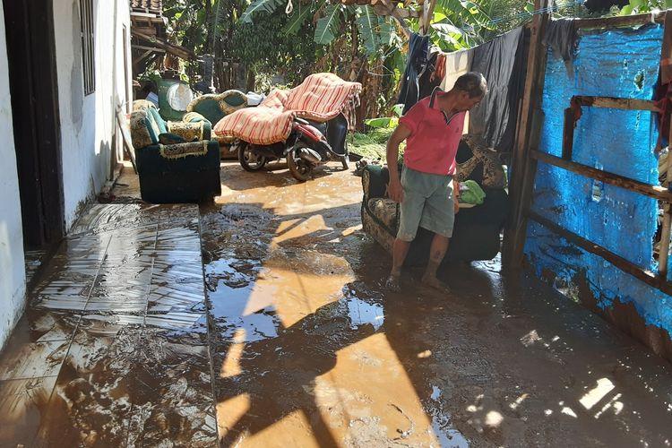 Warga Kecamatan Boja, Kendal, Jawa Tengah, membersihkan rumahnya yang diterjang banjir bandang pada Kamis (19/11/2020) malam.