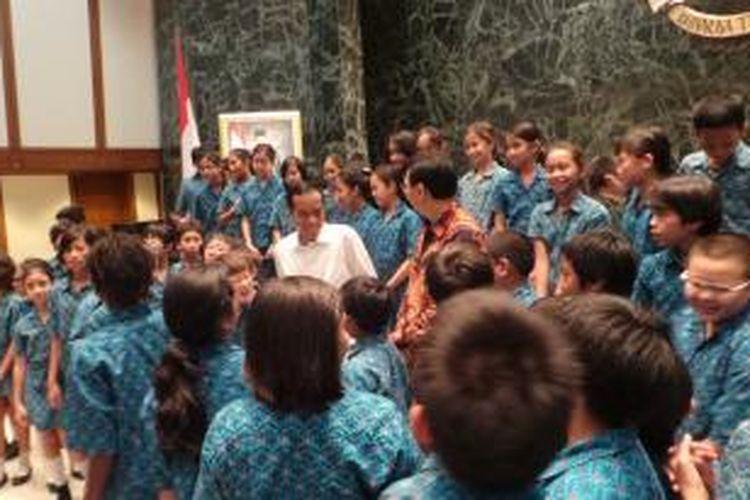 Gubernur DKI Jakarta Joko Widodo bersama Wakil Gubernur DKI Jakarta Basuki Tjahaja Purnama menerima puluhan siswa SD Global Jaya International, Bintaro, Tangerang Selatan, Kamis (26/9/2013).