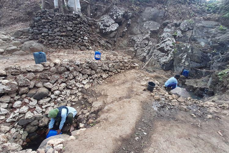 Warga Mengambil Air dari Kali Wonosari, Desa Purwodadi, Kecamatan Tepus, Gunungkidul, Selasa (17/9/2019)