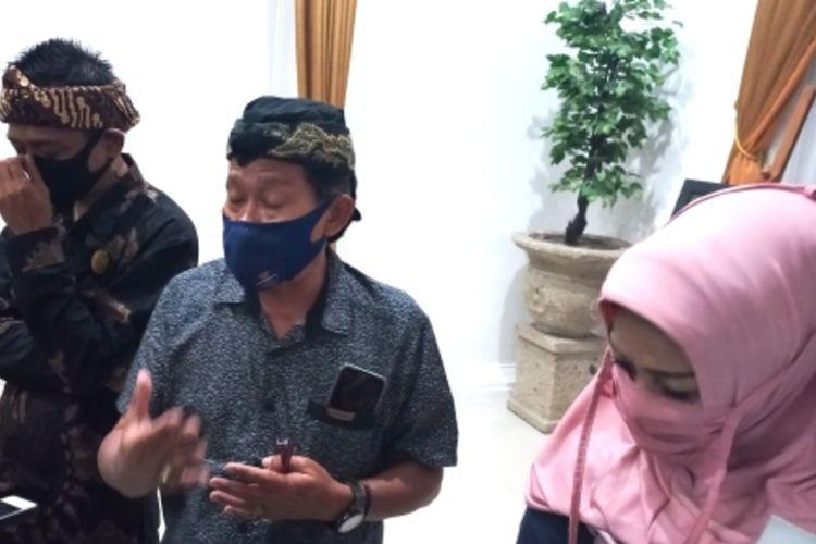 Ketua 3 Panitia FAKN 1 Agus Tup Tup memberikan penjelasan jelang pelaksanaan Festival Adat Kerajaan 1 tahun 2021 di Sumedang, Kamis (23/9/2021).