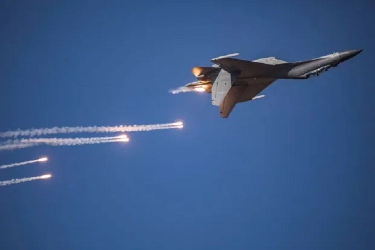 Sebuah jet tempur China sedang melakukan latihan pertempuran.