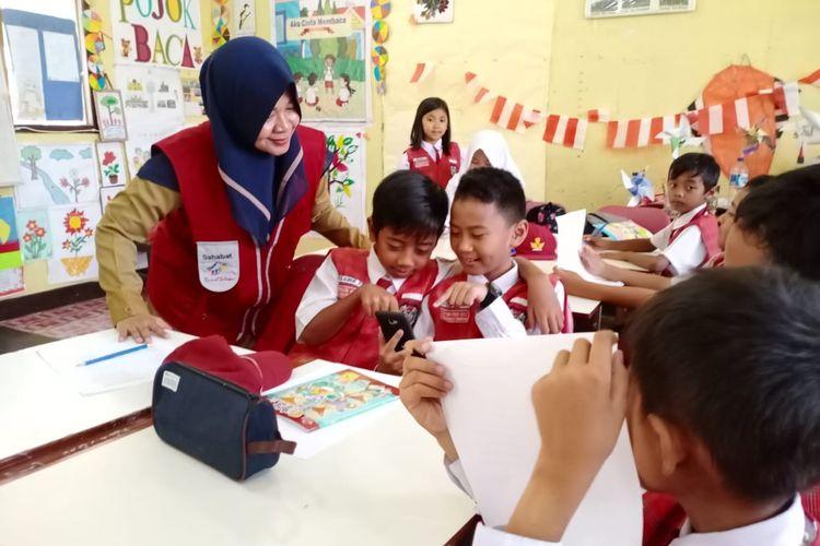 Sasha, Fasilitator Daerah Program Pintar Tanoto Foundation, Guru SD Negeri 027 Tenggarong Seberang, Kutai Kartanegara, Kalimantan Timur menyanding penggunaan gawai dalam proses pembelajaran inovatif.
