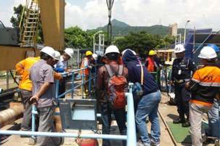 Sejumlah personel dikerahkan untuk membersihkan ubur-ubur di dalam sistem pendingin air PLTU Paiton Unit 9.