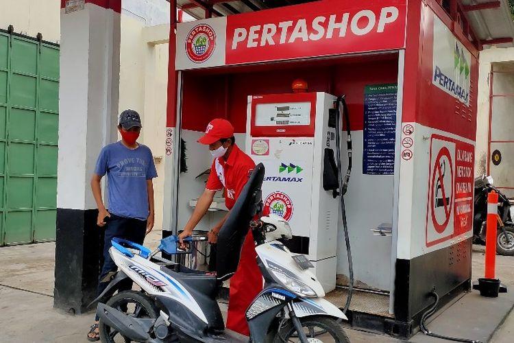 Petugas SPBU Mini atau Pertashop yang dikelola BUMDes melayani pengendara sepeda motor yang akan mengisi bahan bakar di jalan nasional Kabupaten Tegal, Senin (26/4/2021)