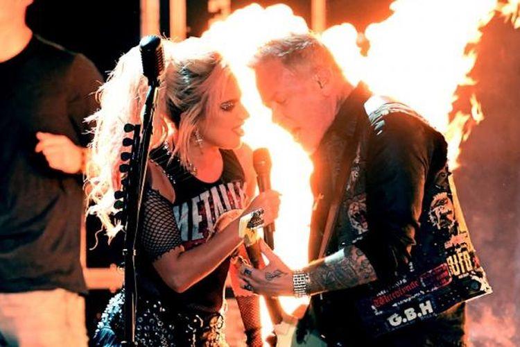 Lady Gaga dan dan vokalis Metallica, James Hetfeld, tampil di panggung Grammy Awards 2017 di Staples Center, Los Angeles, Mingu (12/2/2017). Pada pergelaran tersebut, Gaga dan Metallica membawakan lagu Moth Into Flame.