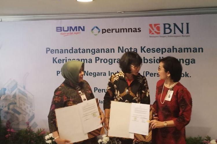 Penandatanganan Nota Kesepahaman Kerjasama Program Subsidi Bunga untuk Fasilitas KPR/KPA (BNI Griya) dalam Rangka HUT Perumnas ke-45 antara Pemimpin Divisi Penjualan Konsumer BNI Hermita dan Direktur Pemasaran Perumnas Anna Kunti di Jakarta, Kamis (25/7/2019).
