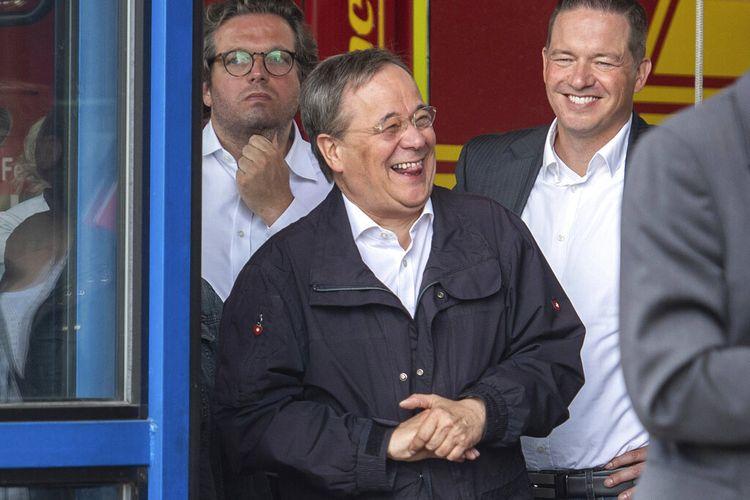 Armin Laschet (tengah) Gubernur negara bagian Rhine-Westphalia Utara Jerman dan kandidat utama Demokrat Kristen Jerman untuk pemilu Jerman, tertawa di Erftstadt, Jerman, Sabtu, 17 Juli 2021.