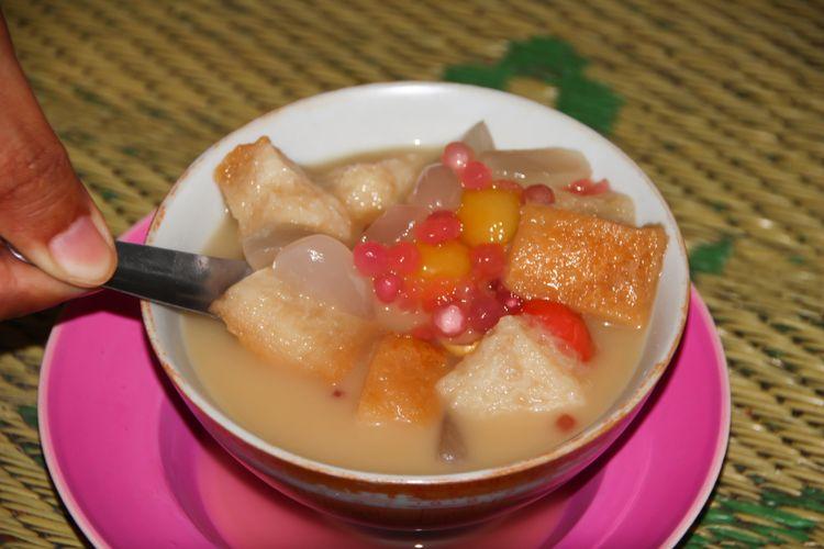 Ilustrasi wedang sekoteng, kuliner berkuah santan dan jahe.