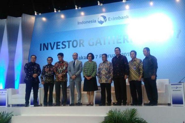 Menteri Keuangan Sri Mulyani Indrawati (tengah) dan para panelis dalam Investor Gathering 2017 LPEI, Jakarta, Selasa (7/2/2017).