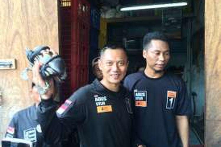 Cagub DKI Jakarta, Agus Harimurti Yudhoyono, saat mengunjungi industri kepiting rumahan di Pademangan, Jakarta Utara, Senin (14/11/2016).