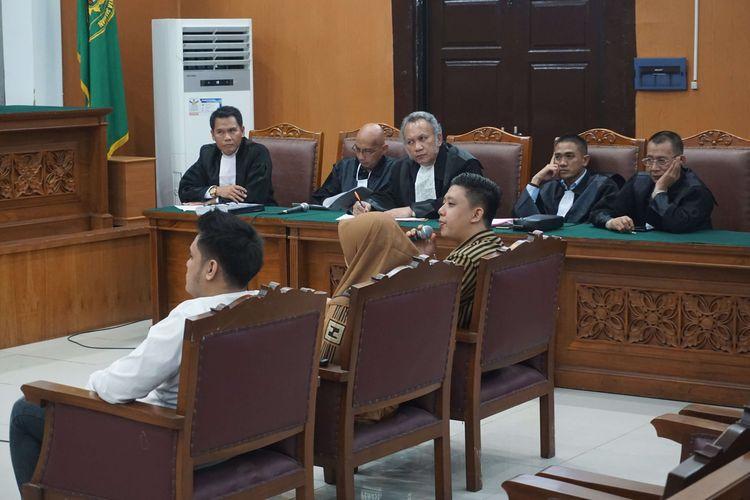 Terdakwa Galih Ginanjar, Rey Utami, dan Pablo Benua saat menjalani sidang lanjutan kasus video ikan asin, di Pengadilan Negeri Jakarta Selatan, Senin (9/3/2020).