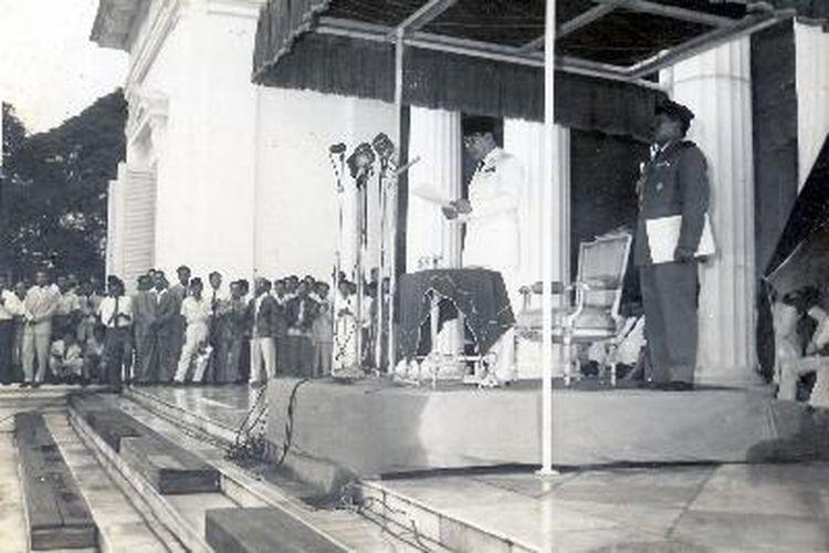 Presiden Soekarno membacakan Dekrit 5 Juli 1959