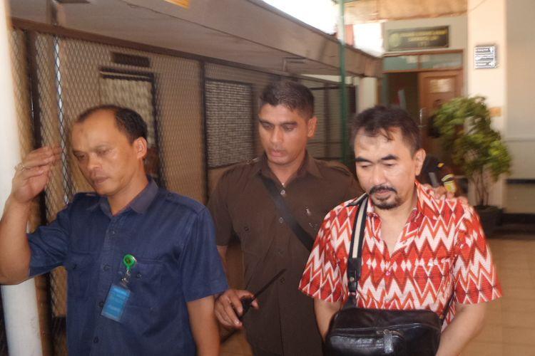 Gatot Brajamusti menjalani sidang lanjutan kasus asusila, kepemilikan senjata api ilegal, dan satwa liar di PN Jakarta Selatan, Selasa (17/10/2017). Agenda sidang kali ini pembacaan eksepsi yang diajukan pihak Gatot atas dakwaan Jaksa Penuntut Umum (JPU).