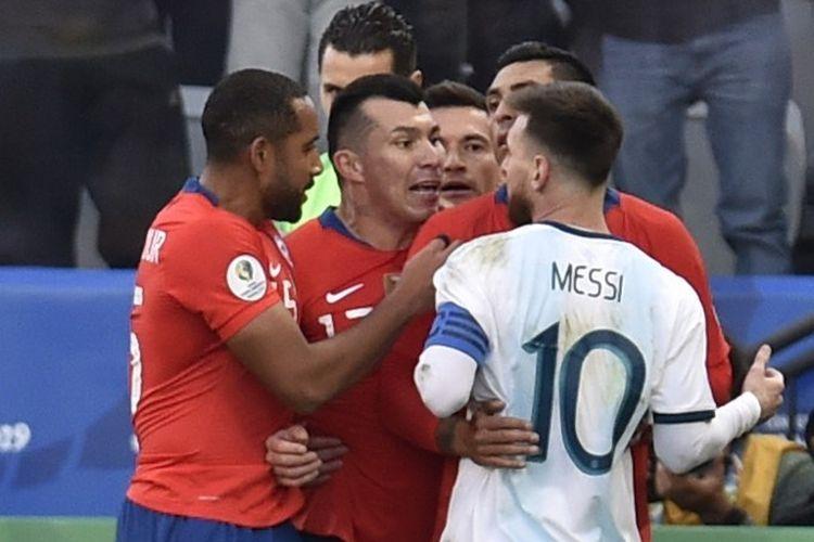 Friksi antara Lionel Messi dan Gary Medel mewarnai pertandingan perebutan posisi ketiga Copa America 2019 antara Argentina vs Cile di Arena Corinthians, 6 Juli 2019.