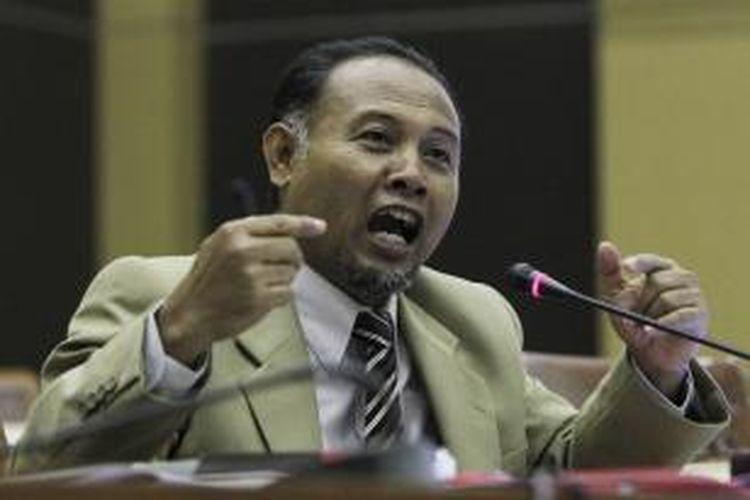Bambang Widjojanto saat menjalani uji kelayakan dan kepatutan di ruang rapat komisi III DPR Jakarta Pusat, Kamis (1/12/2011).