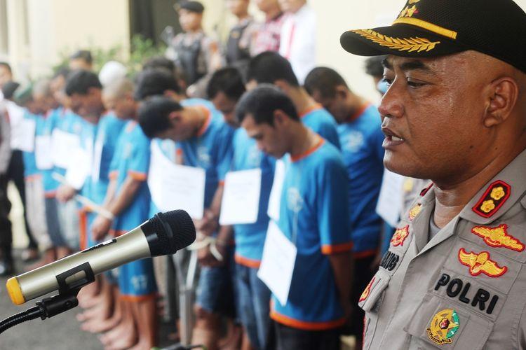 Jajaran Kepolisian Resor Cianjur, Jawa Barat, mengekspose 26 pelaku curanmor, 6 orang diantaranya residivis, berikut 36 sepeda motor dan satu mobil dalam ungkap kasus di halaman Mapolres Cianjur, Selasa (21/01/2020)